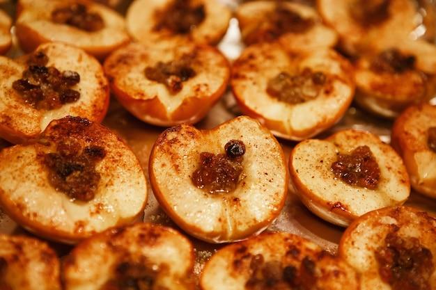 Bratäpfel. gebackene apfelhälften mit honig, zimt und rosinen