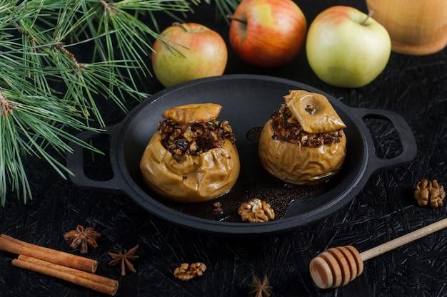 Bratäpfel mit nüssen und getrockneten früchten. neujahrs- und weihnachtsdessert
