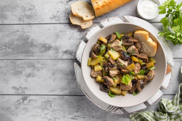 Braten mit kartoffeln, zucchini und pilzen