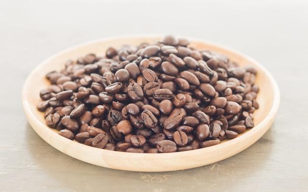 Braten sie kaffeebohne auf hölzerner platte