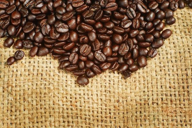 Braten sie kaffeebohnen auf sackgewebe