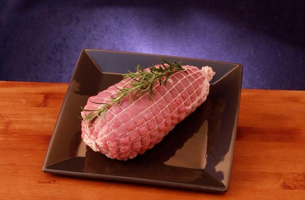 Bratenfleisch in einer kochfertigen auflaufform