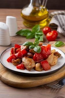 Brathähnchen mit gemüse (tomaten, paprika, zwiebeln), champignons und basilikum