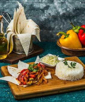 Brathähnchen mit paprika, dazu reis und geriebener käse