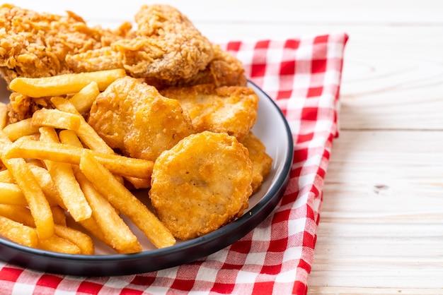 Brathähnchen mit pommes frites und nuggets mahlzeit