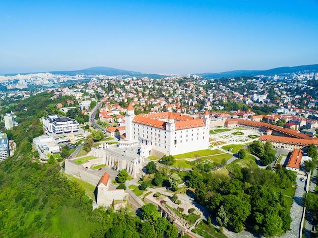 Bratislava castle oder bratislavsky hrad luftpanoramablick. die burg bratislava ist die hauptburg der slowakischen hauptstadt bratislava.