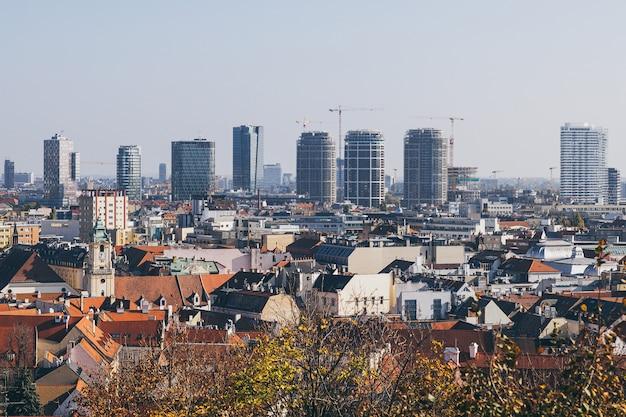 Bratislava stadtansicht mit historischem zentrum und modernem geschäftsviertelbau auf dem hintergrund