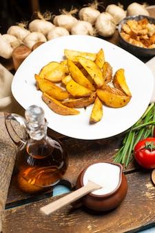 Bratkartoffel mit kräutern und joghurt.