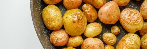 Bratkartoffeln in der haut. banner