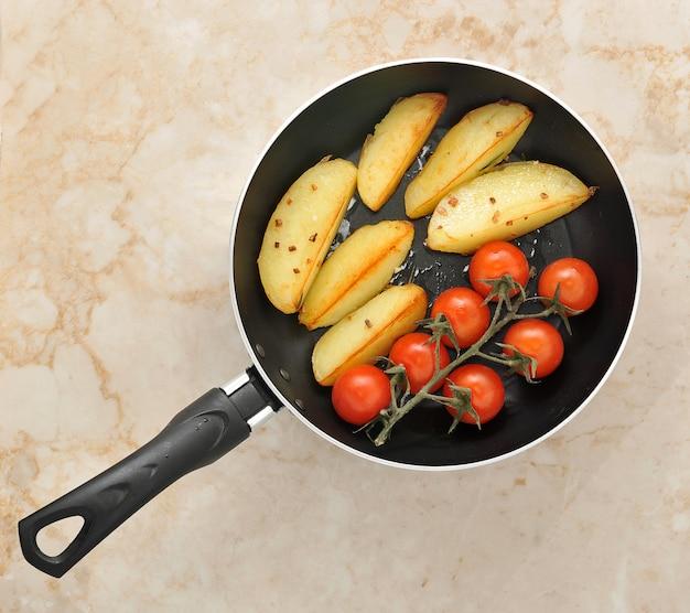 Bratkartoffeln und kirschtomaten