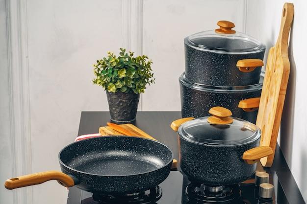 Bratpfanne auf dem gasherd in einer küche