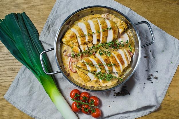 Bratpfanne mit gebackenen und geschnittenen hähnchenbrust.