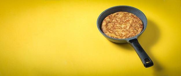 Bratpfanne mit omelett zum frühstück