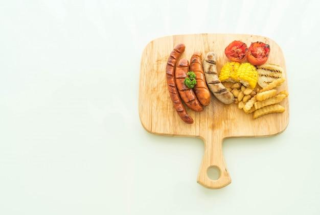 Bratwurst mit gemüse und pommes frites mischen
