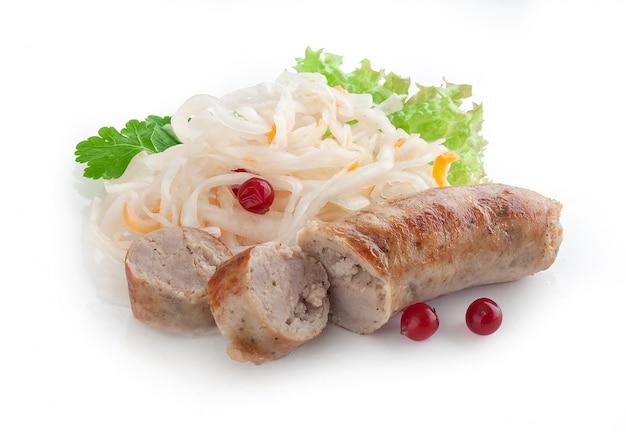Bratwurst mit sauerkraut, cranberry und frischer petersilie