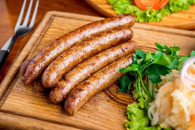 Bratwurst mit sauerkraut und senfsauce