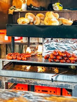 Bratwurst und brot auf dem grill