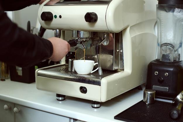 Brauen von espresso in einer dampfkaffeemaschine