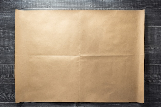 Braun des papiers an der hölzernen hintergrundbeschaffenheit