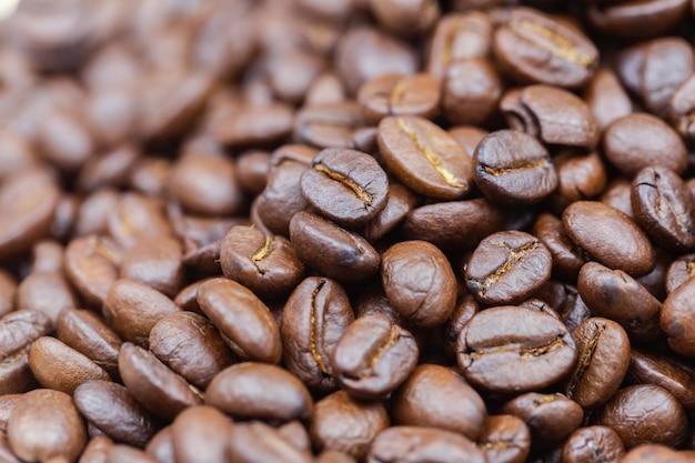 Braun geröstete kaffeebohnen. nahaufnahme geschossen von den kaffeebohnen. kaffeebohnen können als hintergrund verwendet werden.