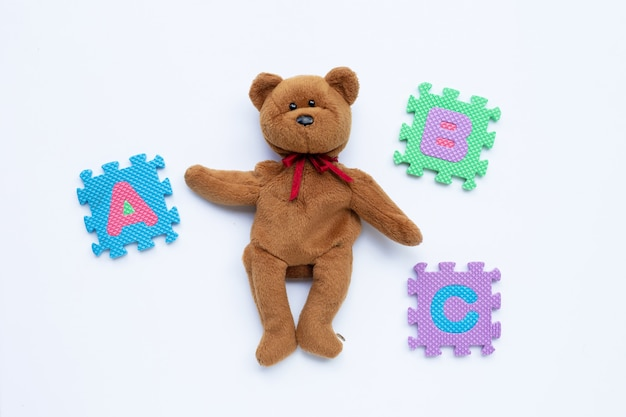 Braunbär spielzeug mit englisch alphabet puzzle bildungskonzept.