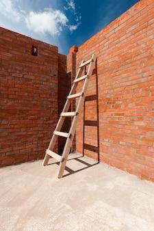 Braune backsteinmauer eines neuen hauses