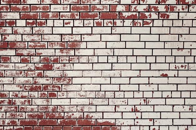 Braune backsteinmauer mit weißer farbe befleckt