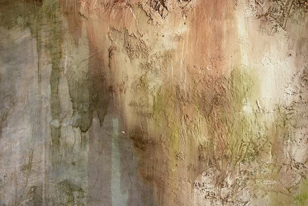 Braune betonwand mit warmen und grünen farbtönen, mit tropfen und spritzern, pinsel und putz