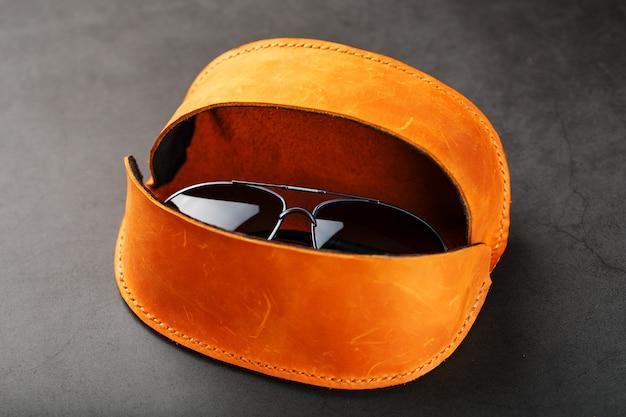 Braune brieftasche für brillen aus echtem nubukleder auf dunkel