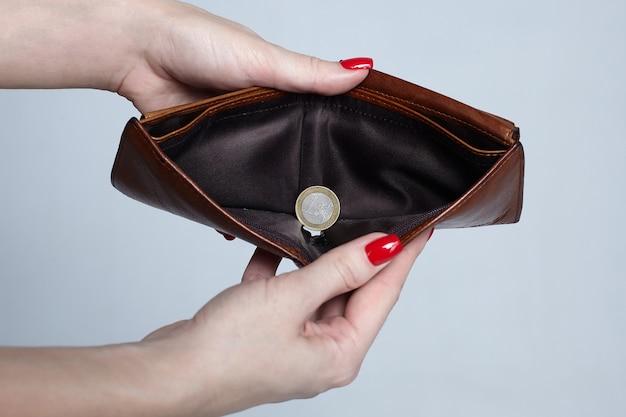 Braune brieftasche mit einer euro-münze