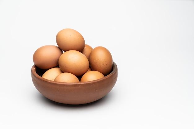 Braune eier auf einer tonschale