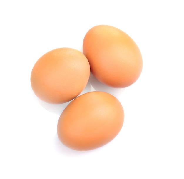 Braune eier auf weiß