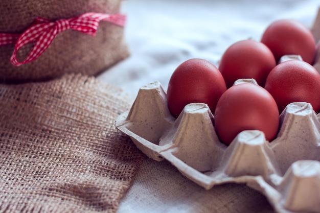 Braune eier in einer packung