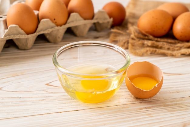 Braune eier mit einem gebrochenen und eigelb
