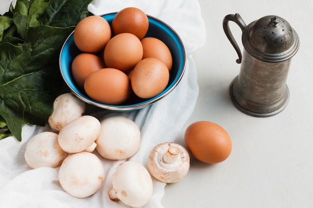 Braune eier und pilze des hohen winkels