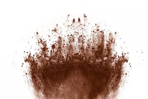 Braune farbpulver-explosion auf weißem hintergrund.