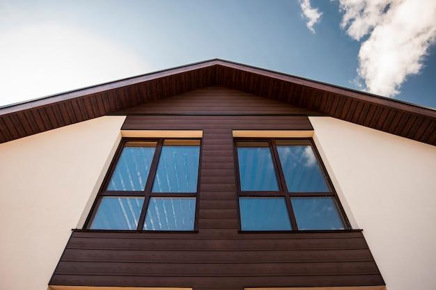 Braune fenster im skandinavischen stil in einem privaten cottage