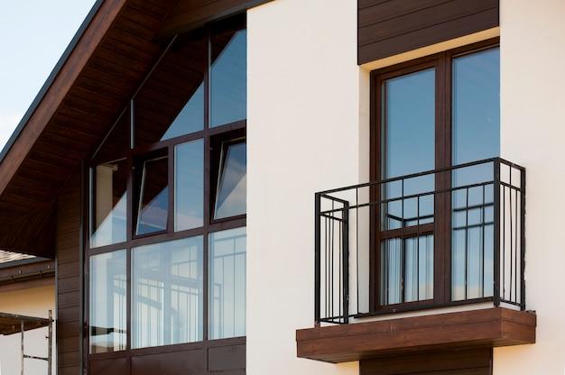 Braune fenster mit einem balkon im europäischen stil in einem privaten ferienhaus