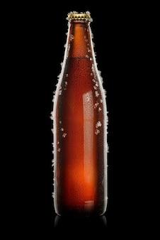 Braune flasche bier auf schwarzem hintergrund