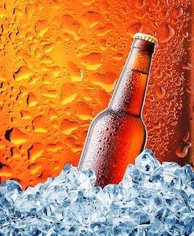 Braune flasche bier im eis