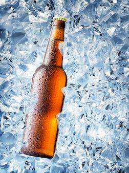 Braune flasche bier mit tropfen