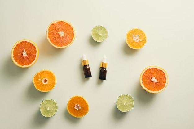 Braune flasche mit zitrone, orange, mandarine und vitamin c auf weißem hintergrund