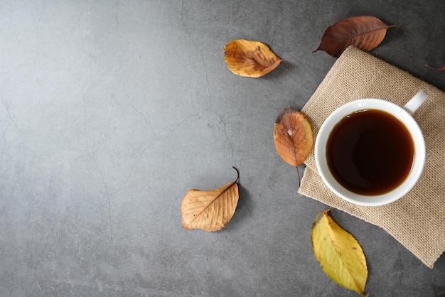 Braune geröstete kaffeebohnen und kaffeetasse