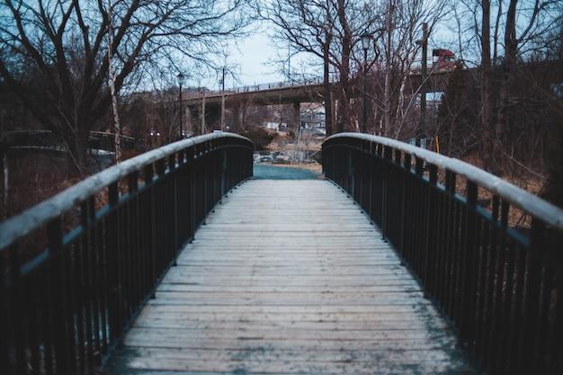 Braune holzbrücke über see