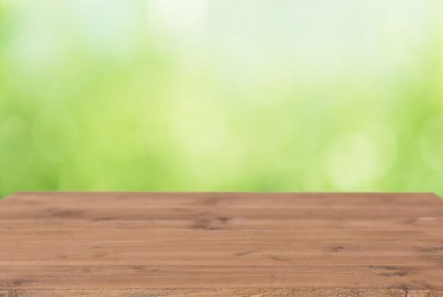 Braune holzplanke mit buntem grünem unschärfehintergrund