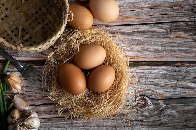 Braune hühnereier auf hölzernem hintergrund. rohe eier. frische natürliche eier.