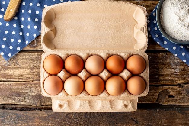 Braune hühnereier verpackt auf einem hölzernen hintergrund