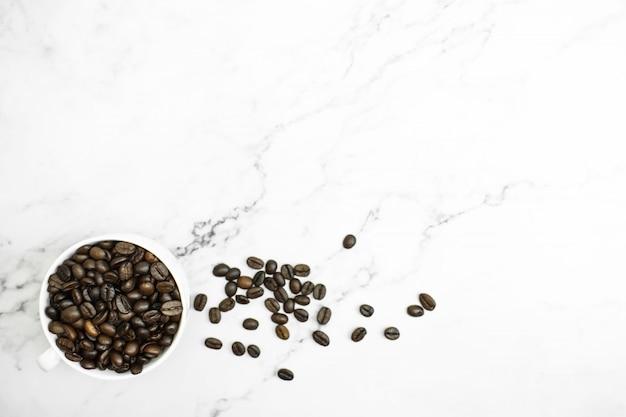 Braune kaffeebohnen in einem glas. ansicht von oben. mit einer kopie des bildes.