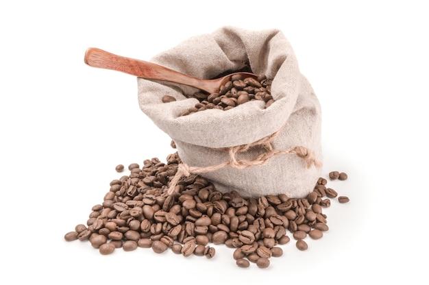 Braune kaffeebohnen lokalisiert auf einem weißen hintergrundausschnitt