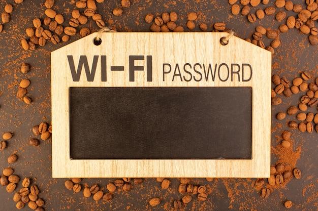 Braune kaffeesamen einer draufsicht mit brett. wi-fi passwortzeichen